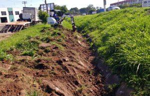 Prefeitura faz limpeza de canaleta no Jardim Quitandinha