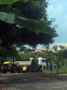 Prefeitura retira lixo e entulho de terreno no Jardim das Paineiras