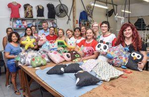 Voluntários confeccionam naninhas para crianças com câncer