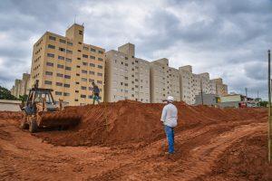 Prefeitura faz terraplenagem de creche no Residencial das Palmeiras