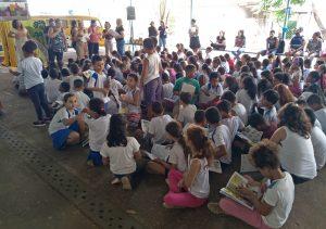 Projeto leva teatro com fantoches e distribui livros em escolas municipais